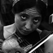 Portrait of Maria (D\'Amato) Muldaur, with her fiddle, at the Newport Folk Festival in July 1964